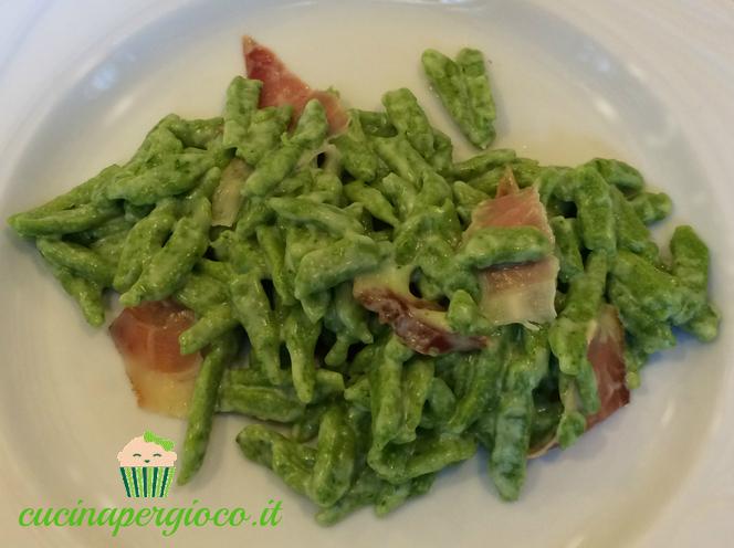 Spätzle di spinaci panna e speck