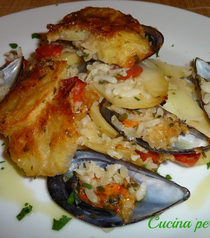 Baking tin with mussels and potatoes